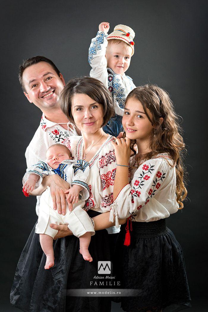 Simonii & costumele populare, fotografie de familie