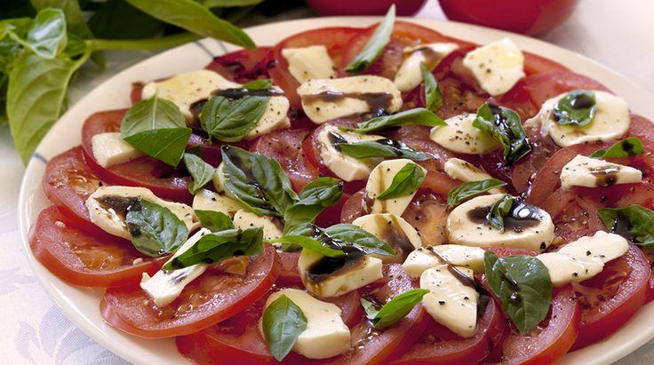 Semplice da realizzare, perfetta per ogni occasione, l'insalata caprese è tra i piatti principali che amiamo gustare durante l'estate. Ma, oltre a essere f