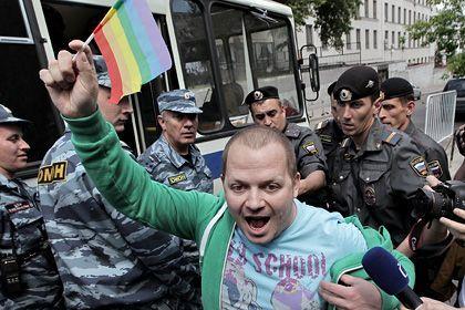 «Геи за равные права без компромиссов!», «ЛГБТ не до карнавала, нам нужны равные права», «Привилегии нужны чиновникам, нам — равные права»/«данная акция вызывает негативную реакцию общества и является провокацией, причиняющей моральный вред»