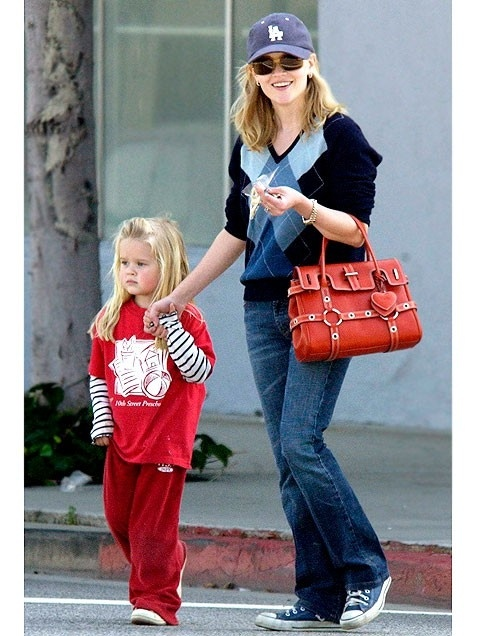 Reese Witherspoon's easy mom style includes sneakers, a great bag & baseball hat. #momuniform