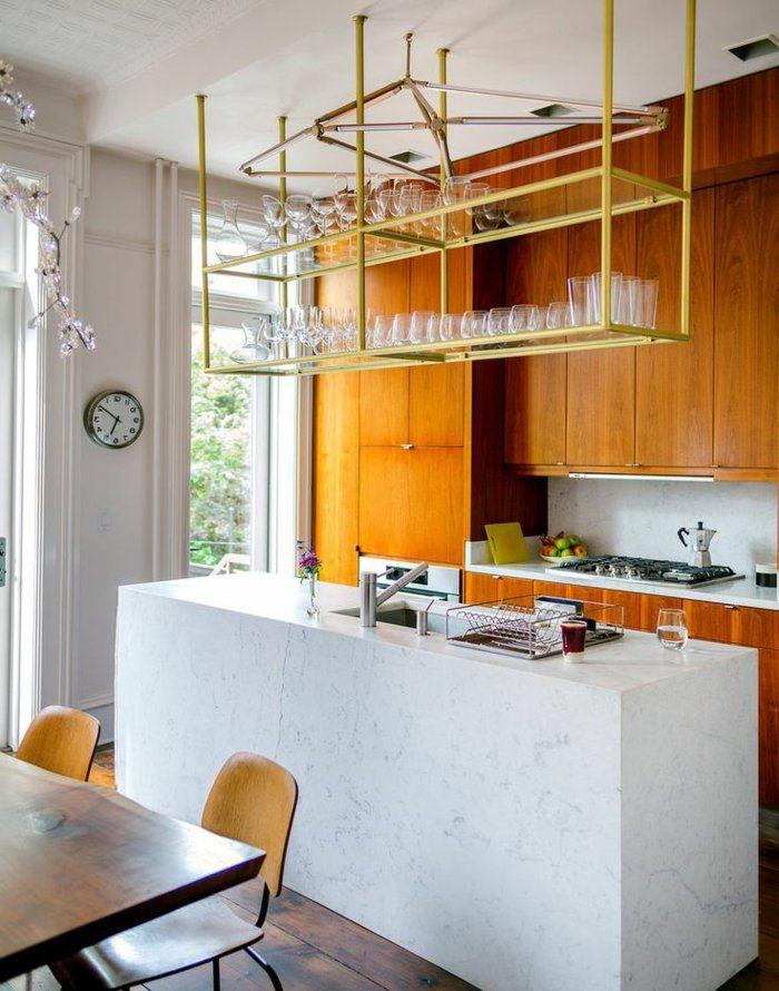 étagères métalliques, étagère métallique suspendue dans une cuisine moderne