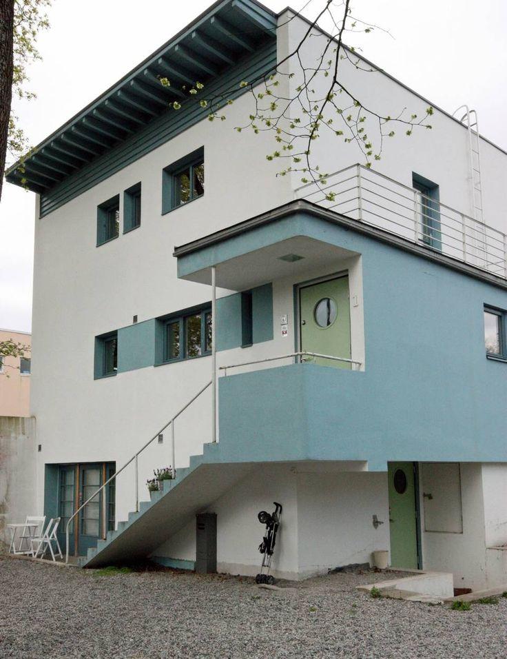 FUNKSJONALISME: Dette huset er ett av 13 bygg som ble reist på Vinderen i Oslo og tegnet av arkitektene Arne Korsmo og Sverre Aasland. Det er et klassisk funkisbygg med sine rette linjer, lett skrånende pulttak og organiske former (buene i inngangspartiet og balkongen over).