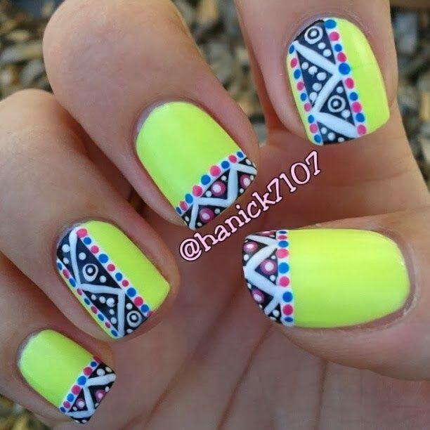 Colores neón, uñas cortas y diseños de tribal.