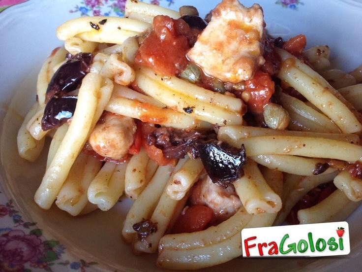 Pasta con sugo di pesce spada.  http://www.fragolosi.it/primi/pasta-con-sugo-di-pesce-spada/ #food #cucina #pasta #ricette