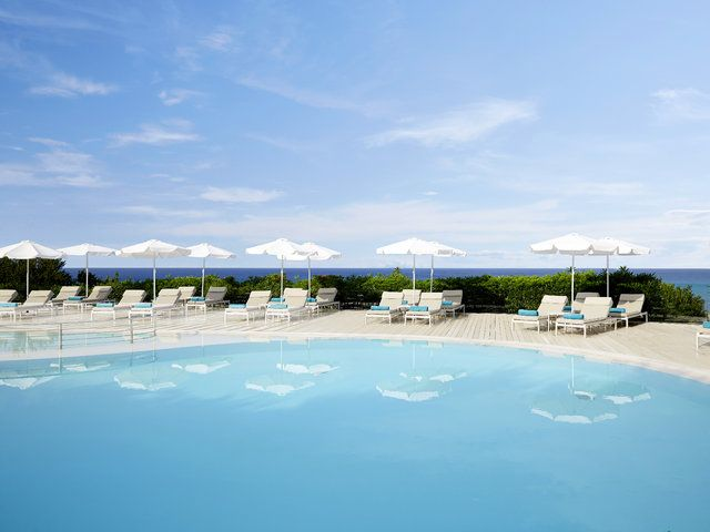 Im 4 Sterne-Hotel Mayor Pelekas Monastery auf Korfu erwartet euch ein großer Pool mit fabelhaftem Ausblick auf das Meer. Mit seiner Lage direkt am Strand und ca. 2 Kilometer vom Ortszentrum entfernt bietet sich das schöne Hotel für einen entspannten Strandurlaub an.