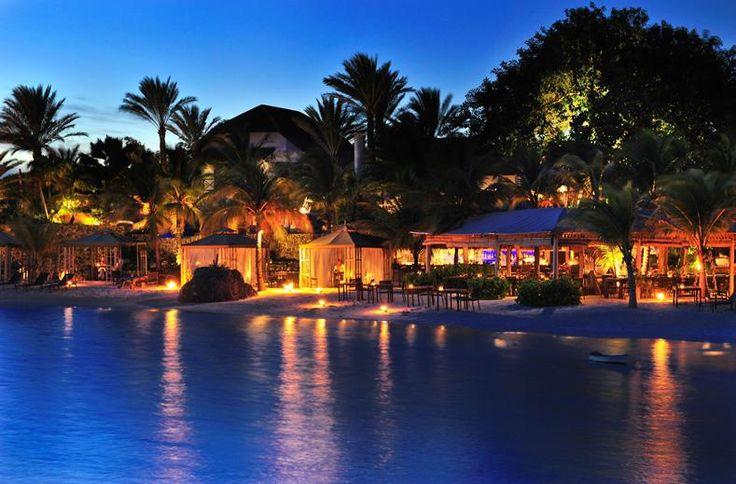 Iedere levensgenieter voelt zich hier als een jetsetter in The Caribbean. Hier douche je onder de sterren, ligt het privé-strand voor de deur en maakt de chef-kok het diner tot een culinair feestje. De lastigste beslissing is of je in een loft, suite of villa wilt logeren. De Banyan Tree kamer heeft een buitenbadkamer, de Suite zeezicht haar eigen infinity pool en vanuit de Villa zeezicht heb je direct toegang tot het zwembad.  Willemstad ligt om de hoek!