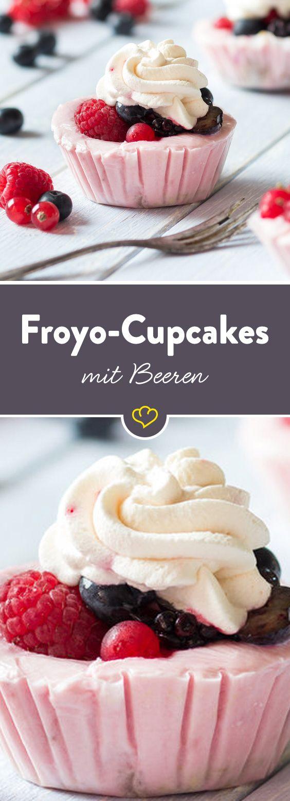 Maximal süß – diese kleinen Cupcakes! Ein Boden aus zartem Knuspermüsli, eine Füllung aus cremigem Frozen Joghurt und ein Topping aus gemischten Beeren. Ein traumhaftes Törtchen aus dem Eisschrank!