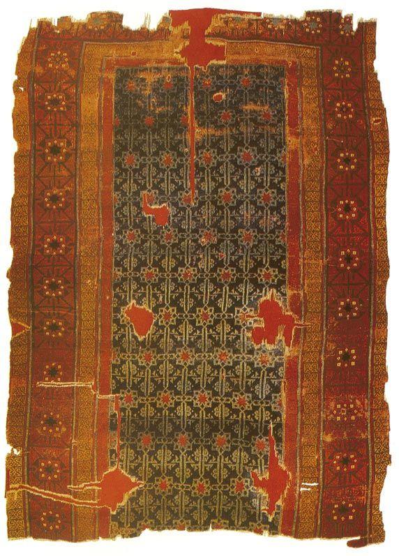KONYA SELÇUKLU HALILARI - 13.Yüzyıl. Halının İslam Sanatı içerisindeki ilk örneği, C. J. LAMM tarafından Mısır'da Fustat'ta (Eski Kahire'de) bulunan Abbasilere ait olduğu sanılan M.S. 8.-9. yy.dan kalan halılardır. Bu halıların Samarra Halısı olduğu düşünülmektedir. 13. yy.dan kalan Selçuklu Halıları, 200–300 yıl sonra üretilmiş Anadolu halıcılığının düzenli ve sürekli gelişimi için iyi birer belgedirler. Selçuklu Halıları, bulundukları yerlere göre temel olarak üç gruba ayrılmaktadır.