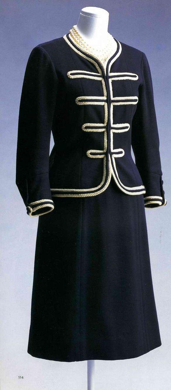 Дневной ансамбль. Габриэль Шанель, конец 1950-х. Жакет и юбка из темно-синего шерстяного джерси, отделка белой шерстяной тесьмой, на запястьях пуговицы, обшитые тем же материалом.