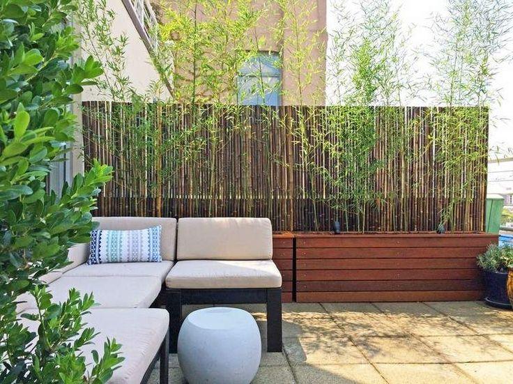 brise-vue balcon en bambou et jardinières en bois