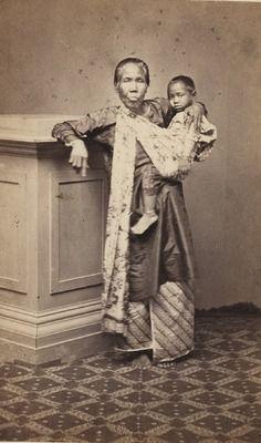 Javaanse baboe met kind te Soerabaja 1880 (Collections KITLV)