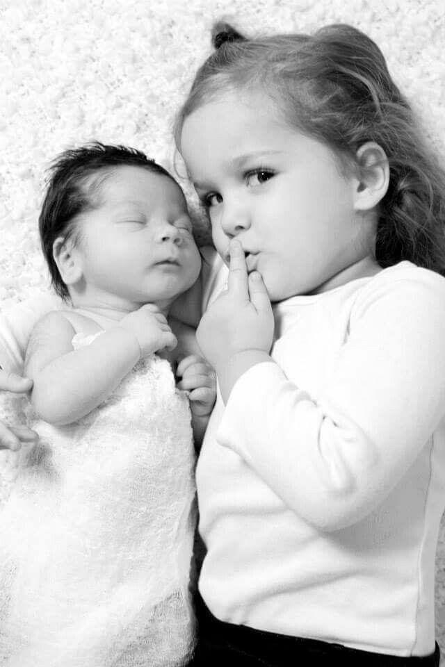 Prachtig voorbeeld voor een foto van grote zus met klein broertje of zusje. Helemaal leuk om aan het geboortekaartje toe te voegen als DIY labelkaartje !