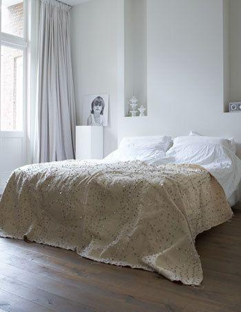 In de slaapkamer is gekozen voor een langgerekte lijnvoering. Ummm, are those giant sequins on the coverlette?
