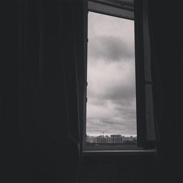 """@aizadolmatovaaa's photo: """"Когда пасмурно шторы всегда открыты) и мне  видно небо. Когда пасмурно в небе тааакие злые тучи бывают,они меня завораживают и пугают) а вот с солнцем я все еще не дружу. Оно меня бесит все таки. Ладно,всем любителям солнца с добрым утром,а любителям луны спокойной ночи) до встреч мои хорошие!!!"""""""