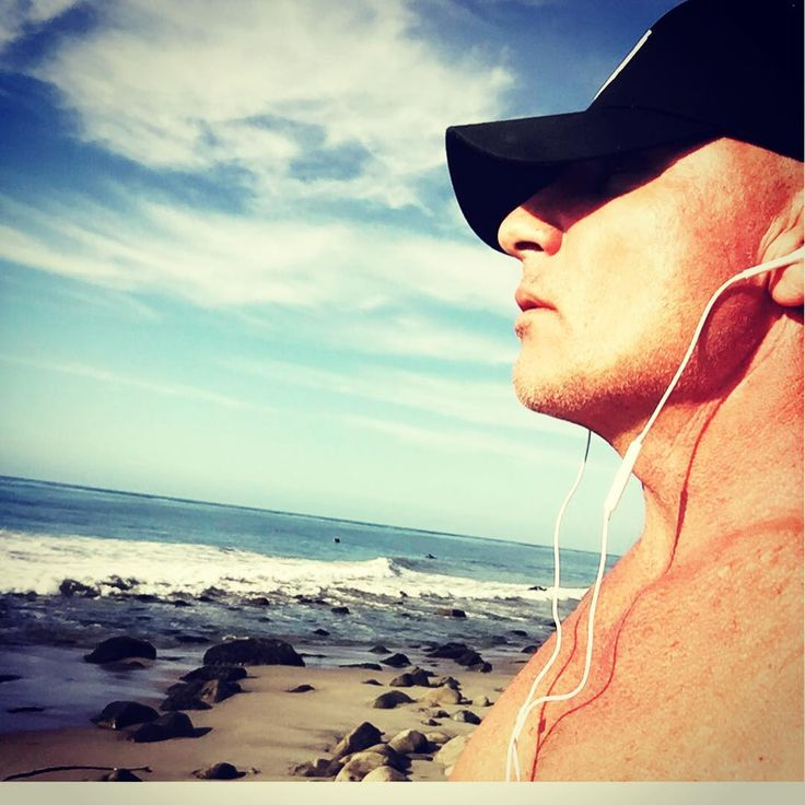 Dominic Purcell on the beach (2017)