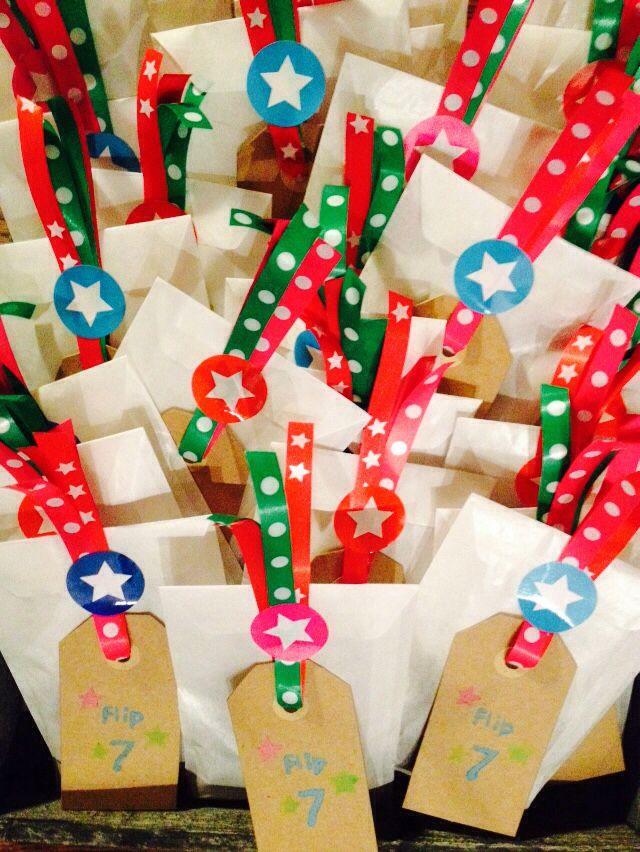 Flips traktatie: pergamijn zakjes met chocoladerozijntjes