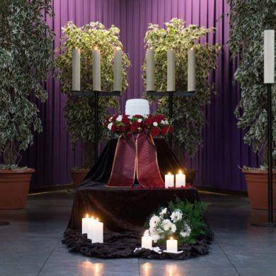 Trauerdekoration einer Trauerfeier mit Urne, Trauerhalle Ostfriedhof, Essen-Huttrop
