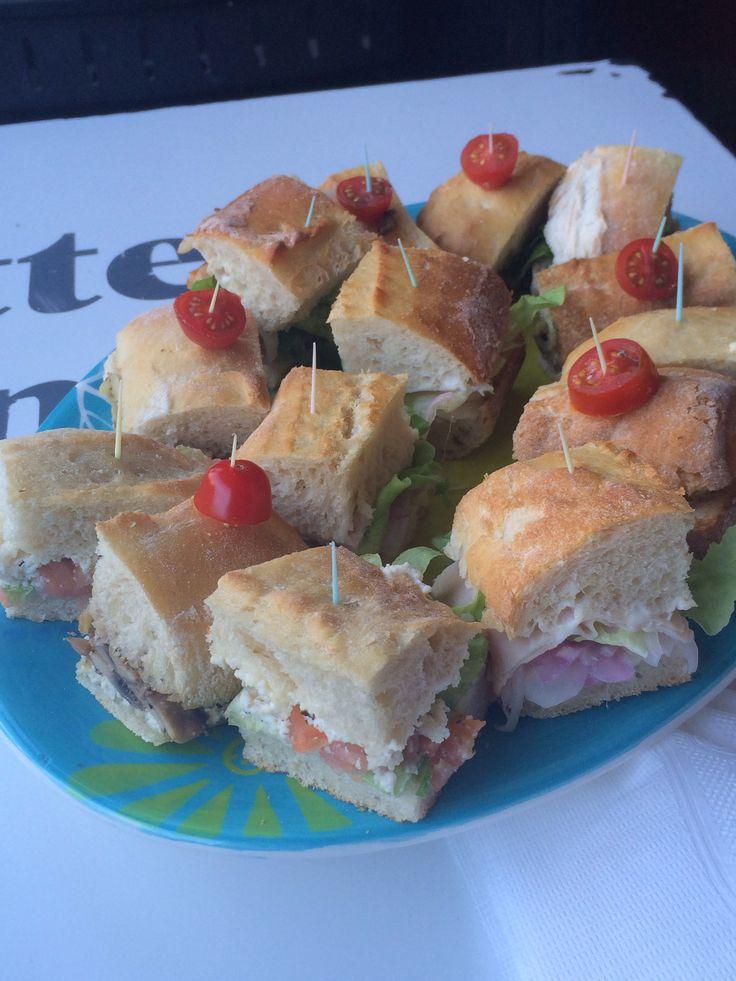 Mini sándwich tomate plata y lechuga crespa ... Para una tarde con amigas