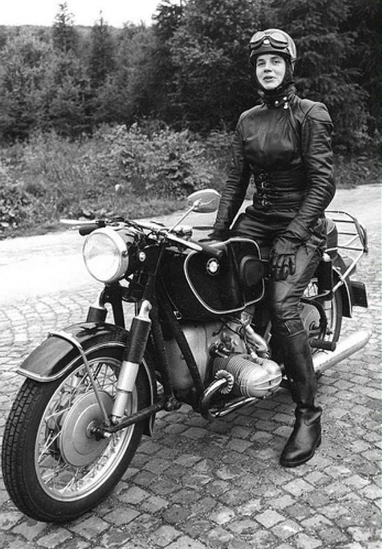 Motorrijdende vrouwen... De droom van veel motorrijdende mannen en motorfabrikanten. Natuurlijk kennen we ze ook. Maar ze leiden doorgaans een marginaal bestaan. Het merendeel van hun sexegenoten is er namelijk stellig in:*Motorkleding is niet elegant*Een helm is de pest voor kapsels*Er is te...