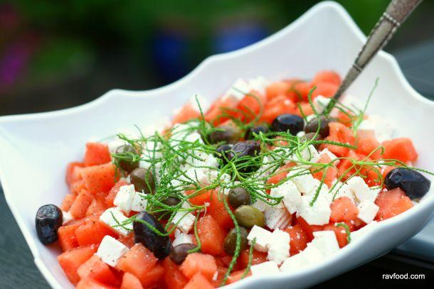 Vandmelonsalat med feta..dejlig salat,meloner smager bare godt sammen med saltet feta..har man ikke lige vandmelon smager honningmelon også rigtig godt til...Berit