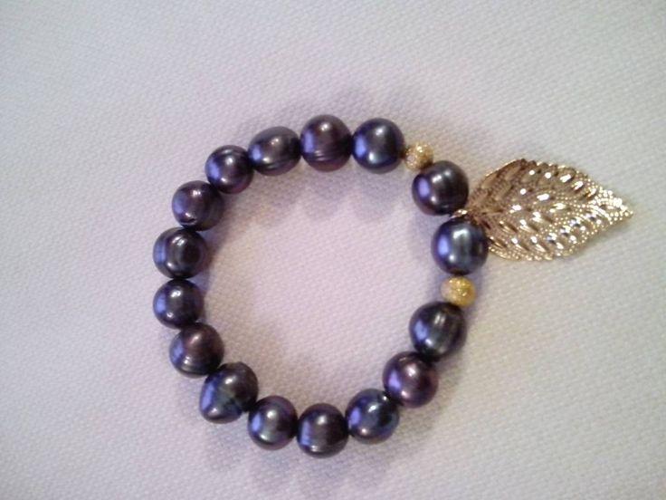 Nana Pearl Armband zwarte parels met goudkleurig blaadje