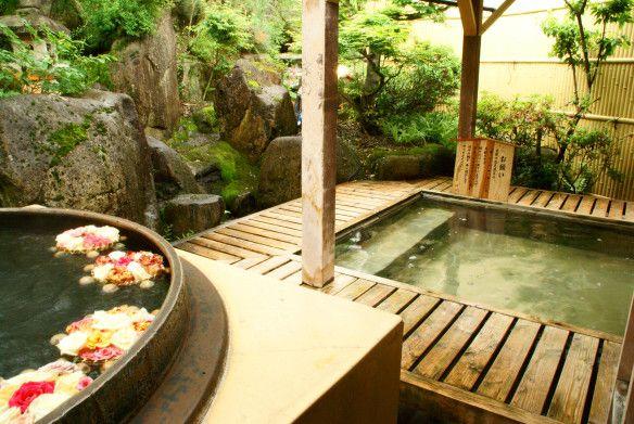 De heetwater baden, Onsen, zijn erg populair. Mannen en vrouwen gaan gescheiden in deze baden. Je gaat er heen in een yukata (soort Kimono). Dan is het de bedoeling dat je je heel grondig gaat wassen. Als je helemaal schoon bent kun je het bad in. Het bad is ca. 40 graden. De onsen in Yatsusankan is deels buiten. #Yatsusankan #Onsen #Japan