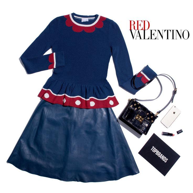 Мы влюбились в сочетание синего с красным и объявляем его одним из must-have этой осени! Если и вам приглянулось это яркое цветовое решение, то в первую очередь обратите внимание на вещи в новой коллекции RED VALENTINO. Дополняем романтичный джемпер с баской и игривой имитацией трогательных рюш кожаной юбкой-миди, и идеальный образ для прогулки по парку среди краснеющей и покрывающейся золотом листвы готов! #topbrands #redvalentino #юбка #джемпер #сумка #fashion