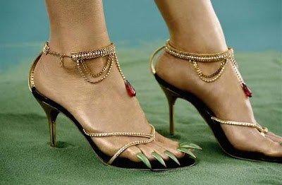 En Japón se están estilando zapatos de mujer tan extravagantes como estos: Si a estos zapatos le añades la moda de las uñas largas y decoradas de los pies: Seguramente provocará el suicidio entre l…