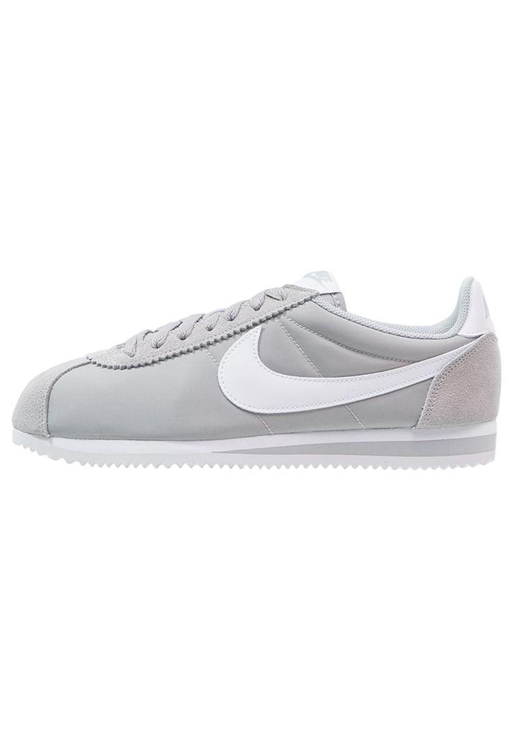 ¡Consigue este tipo de zapatillas básicas de Nike Sportswear ahora! Haz clic para ver los detalles. Envíos gratis a toda España. Nike Sportswear CLASSIC CORTEZ Zapatillas wolf grey/white: Nike Sportswear CLASSIC CORTEZ Zapatillas wolf grey/white Zapatos   | Material exterior: cuero/nylon, Material interior: tela, Suela: fibra sintética, Plantilla: tela | Zapatos ¡Haz tu pedido   y disfruta de gastos de enví-o gratuitos! (zapatillas básicas, basic, basico, basica, básico, basicos, cas...