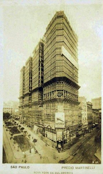 A Nova York da América do Sul, é o que dizia o postal de Guilherme Gaensly, ao mostrar a construção do fabuloso Prédio Martinelli, o primeiro arranha-céu do Brasil.