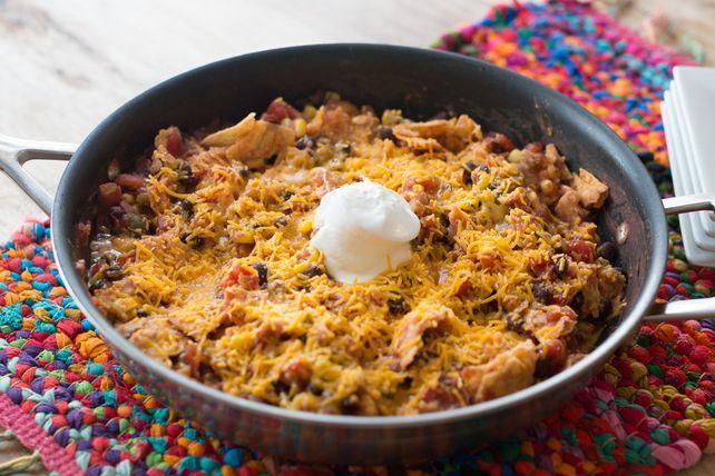 Sortez les tomates en dés, les haricots noirs et la salsa, puis préparez-vous à faire cette très alléchante poêlée mexicaine végétarienne à laquelle vos convives deviendront accros!