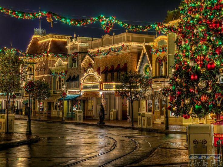 Area della città con elegante strada chic trasformato in una favolosa vacanza di Buon Natale.