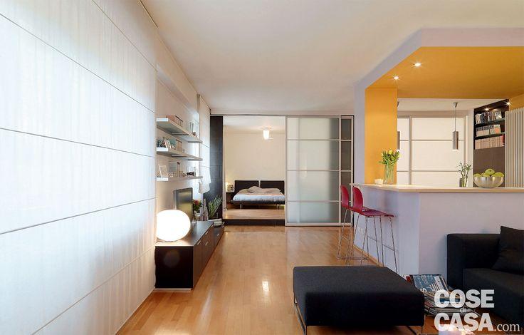 Nell'abitazione rinnovata, alcune vetrate scorrevoli diventano elementi di separazione flessibili, che sostituiscono le pareti. E nel soggiorno open space, la cucina è risolta con un blocco funzionale che la definisce senza isolarla.