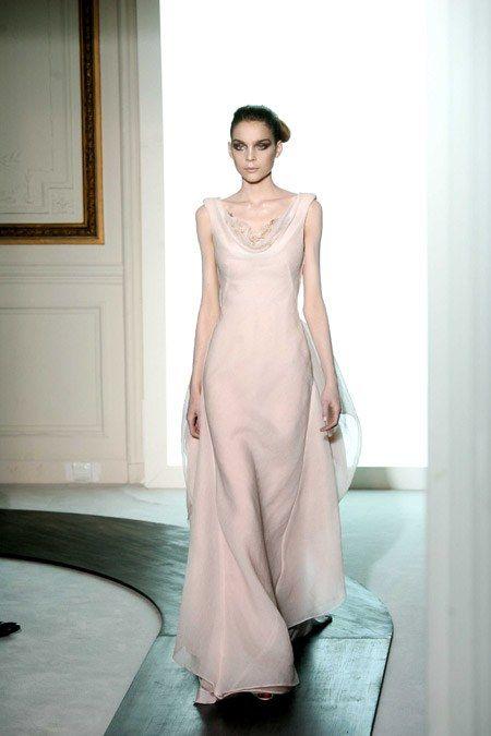 Longue robe blanche fluide au défilé haute couture Valentino autonme hiver 2008 2009