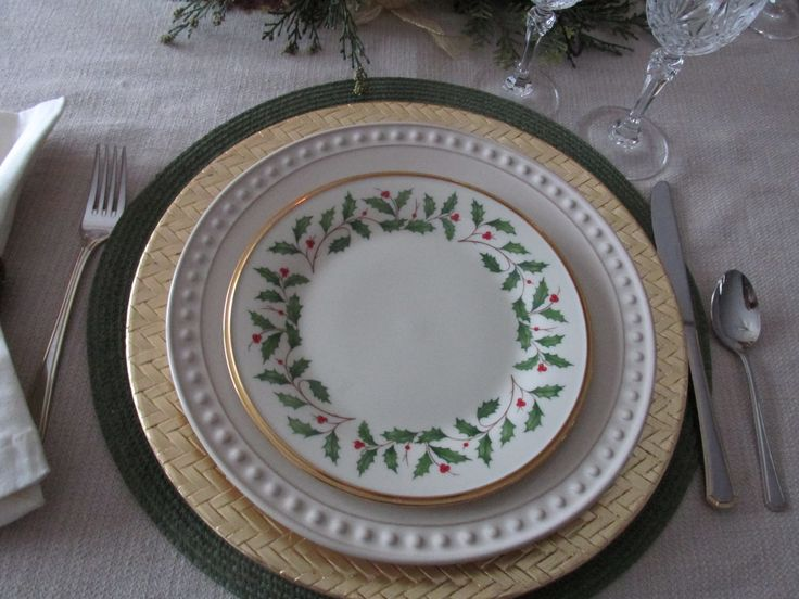 The stack - Lennox Holiday, beige plate, gold charger & green placemat