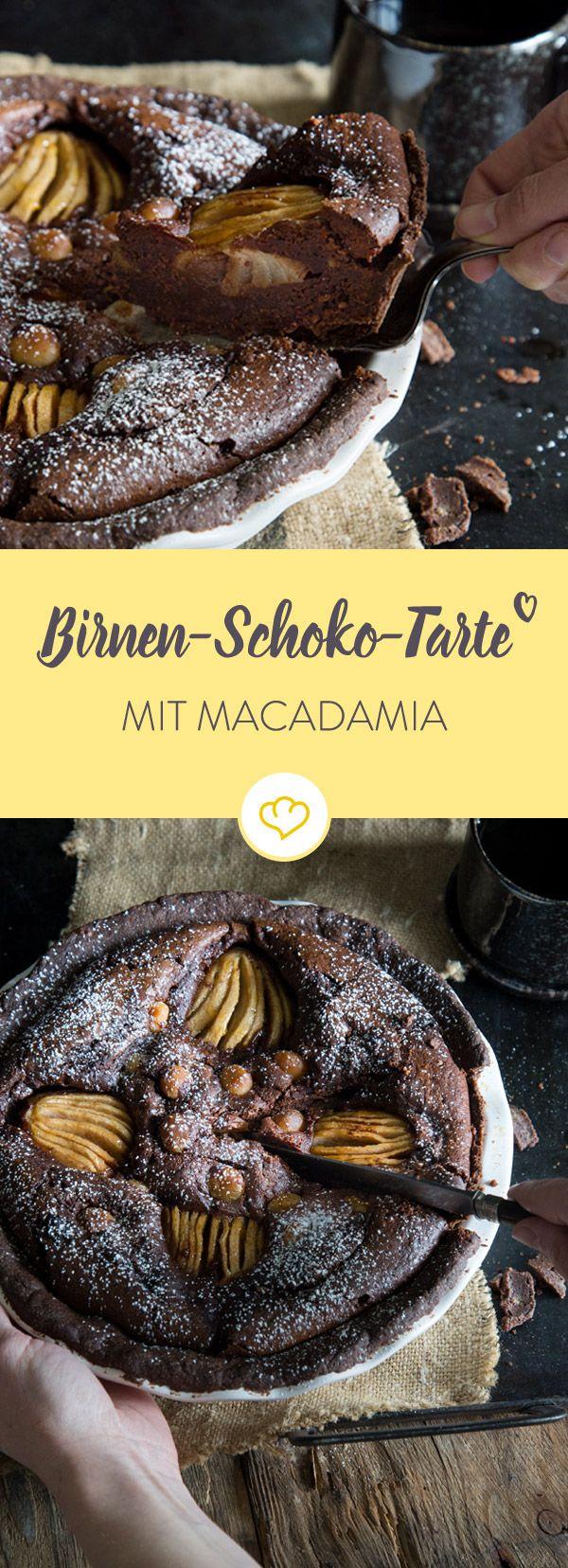 In diese mächtige Schokoladentarte bringen saftige Birnen und knackige Macadamianüsse neuen Schwung und geschmackliche Abwechslung.