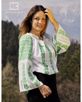 embroidered Romanian peasant blouse - ie romaneasca - Worldwide delivery The embroidery is made by hand. Chemise roumaine brodee authentique. #RomanianBlouse #RomanianBlouses #BlousesRoumaines #BlouseRoumaine #RomanianPeasantBlouse #RomanianPeasantBlouses #ieRomaneasca #chemiseroumaine