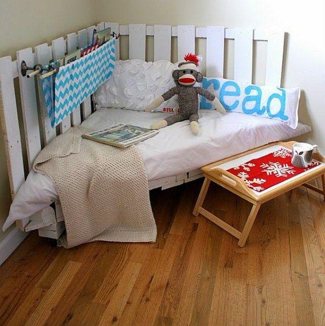 Palette en bois blanc transformée en canapé pour coin lecture d'Alizée