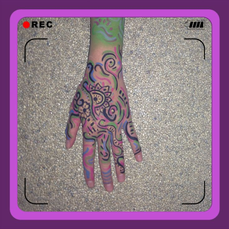 Colorful hand schmink