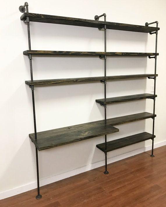 Maakt uw thuiskantoor meer ruimte efficiënt met deze industriële Bureau en pijp rekken eenheid. Het is een multi echt functioneel thuis kantoorrekken en kan worden aangepast aan uw space. Deze industriële kantoorrekken is ook ideaal voor appartement woon- en wanneer de ruimte beperkt is.  Controleer uw thuiskantoor benijdenswaardige met deze industriële afgunst Desk.  De pijp is 1/2 en eindigde op de Gunmetal, en elke houten plank is een prachtige knoestige pine gekleurd in Ebony en eind...