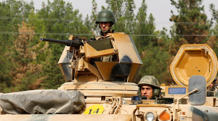 Soldats turcs sur un véhicule blindé, vue à Karkamis, sur la frontière…