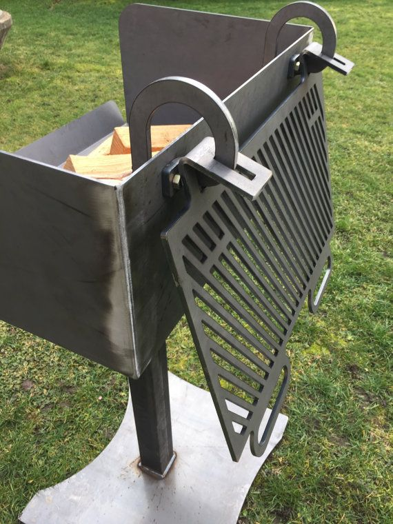 Solid BBQ Grill designed especially for grilling with wood. Grilling with natural wood not only involves the cooking process itself. Rather, emotions are aroused by the cheering on the grill with wood by the sight of the flames and the pleasant heat given off. When grilling over the burned wood embers special flavors in the food are traded do not give fosile fuels such as gas or coal. Dimensions 600x400x900mm, raw steel, a conscious patina formed with the time on the grill grilled over time…