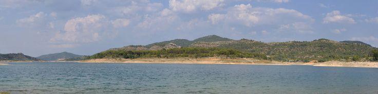 El viaducto de Entrepeñas es un lugar magnífico para pasar una tarde de verano en familia, el agua es calentita y por la zona hay muchas embarcaciones de deporte.