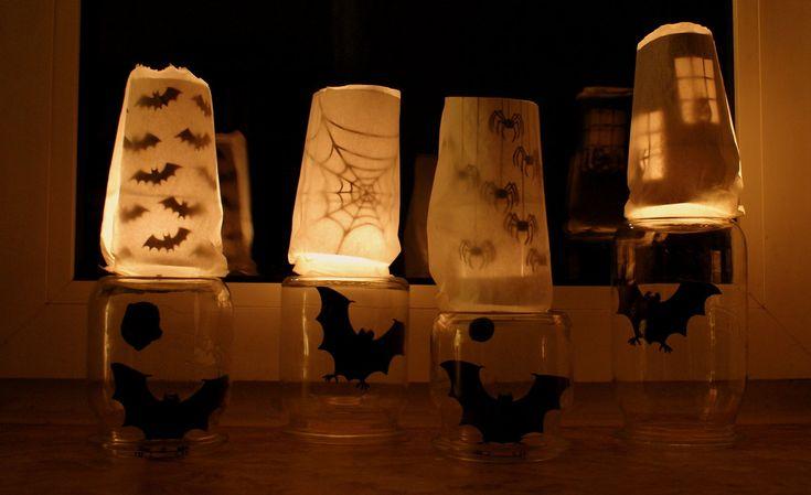 Halloween-Deko vom letzten Jahr - Habe Einweckgläser umgedreht und Fledermäuse mithilfe von Knete reingehängt. Obendrauf stehen Brottüten. Die Motive in der Tüte hab ich aus einer Zeitschrift auf weißes Papier kopiert, das Papier aufgerollt und hineingesteckt.