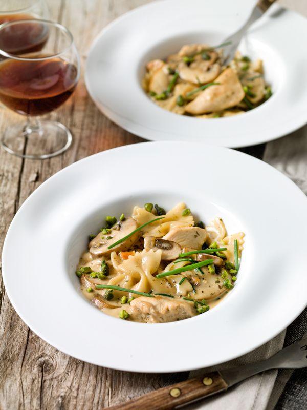 1. Kook de pasta beetgaar zoals aangegeven op de verpakking. Giet af en hou apart. 2. Snij de kipfilets in kleine stukjes. Bak ze krokant in wat boter. Haal ze uit de pan. 3. Bak de champignons in een pan met een klontje boter. Blus met de room en voeg de gebakken kip toe. Laat alles indikken.