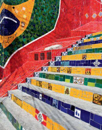 Escadaria Selarón, homenagem ao artista chileno que cobriu seus 250 degraus de azulejos coloridos.