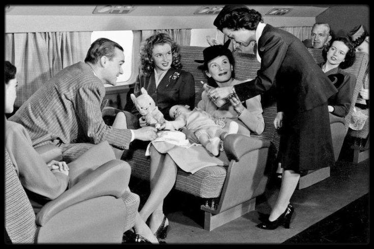 """2 Août 1945 / DES DEBUTS DE MODELE A L'AGENCE """"Blue Book Models Agency"""" / Le 2 août 1945 Norma Jeane signa son contrat à la """"Blue Book Models Agency"""" ; elle avait 19 ans et portait une robe blanche avec un empiècement orange et des chaussures en daim blanc. A cette époque, Emmeline SNIVELY avait environ vingt mannequins dans son agence. Beaucoup de filles voulaient devenir vedettes de cinéma car les mannequins n'étaient pas bien rémunérées à Los Angeles. Leur but était d'aller travailler à…"""