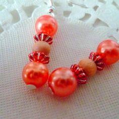 Boucles d'oreille perles nacrées orange et petite perle en bois coloris naturel