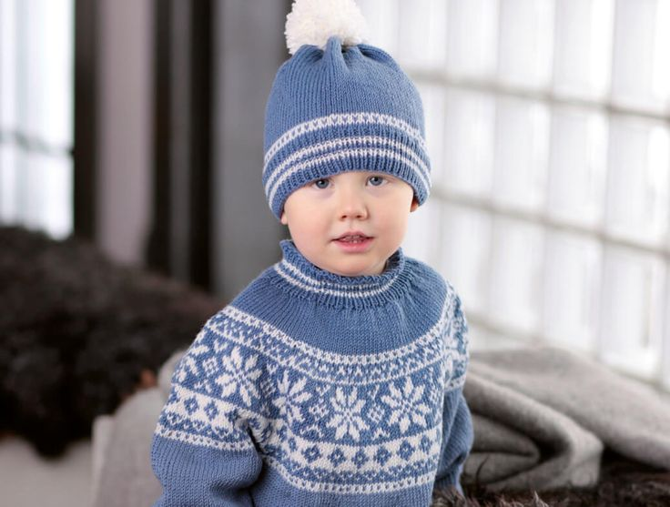 Dieser Kinder-Norwegerpulli in hellblau und weiß ist ein Klassiker mit einer tollen Norweger-Rundpasse. Passend dazu die Bommelmütze in den gleichen Farben.