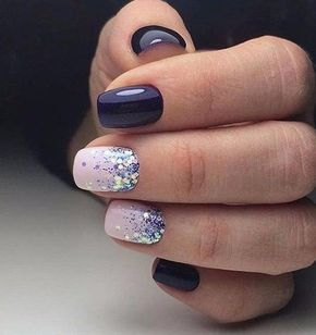 uñas azul oscuro y rosa pastel mas glitter